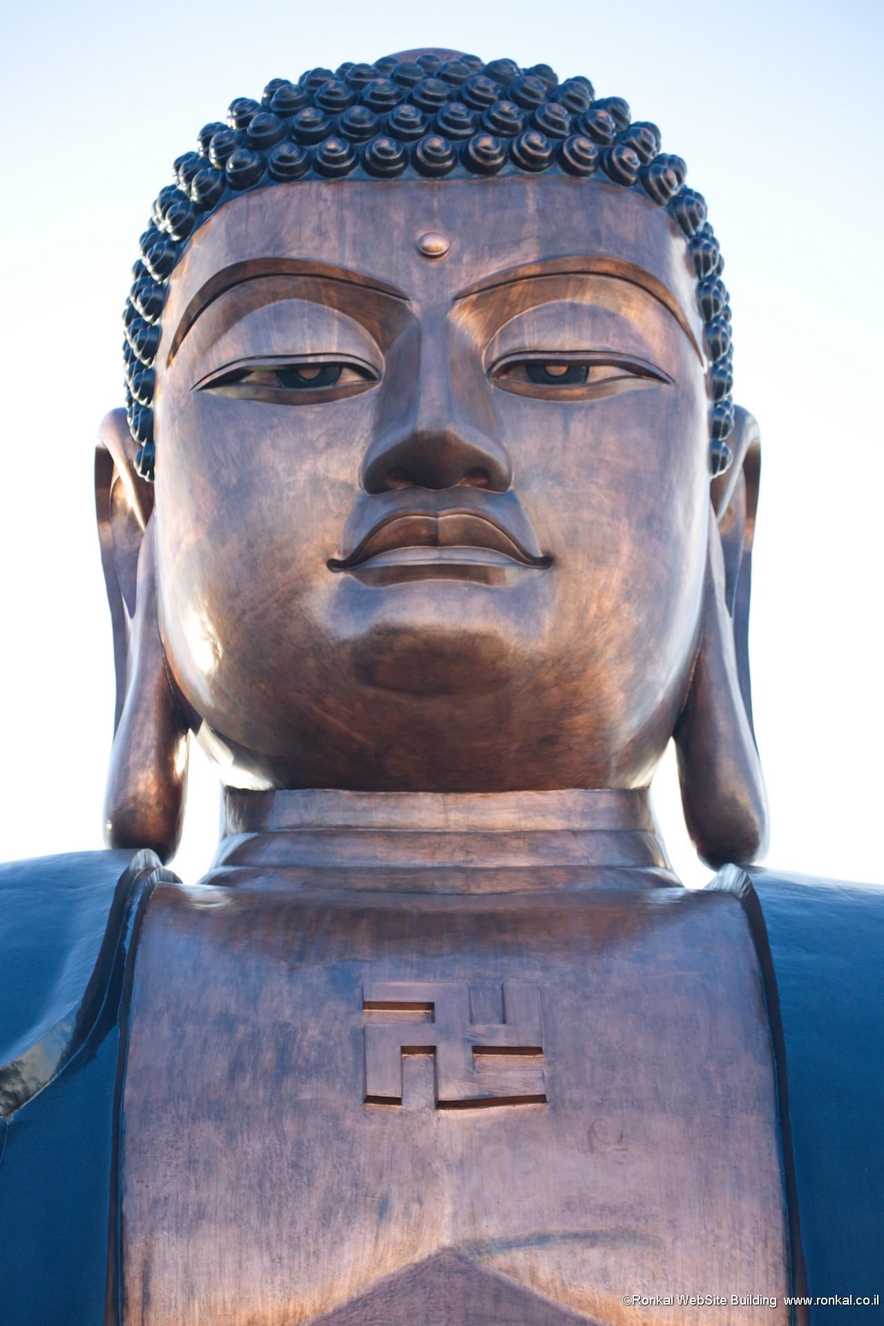 בודהה עם צלב קרס הפוך