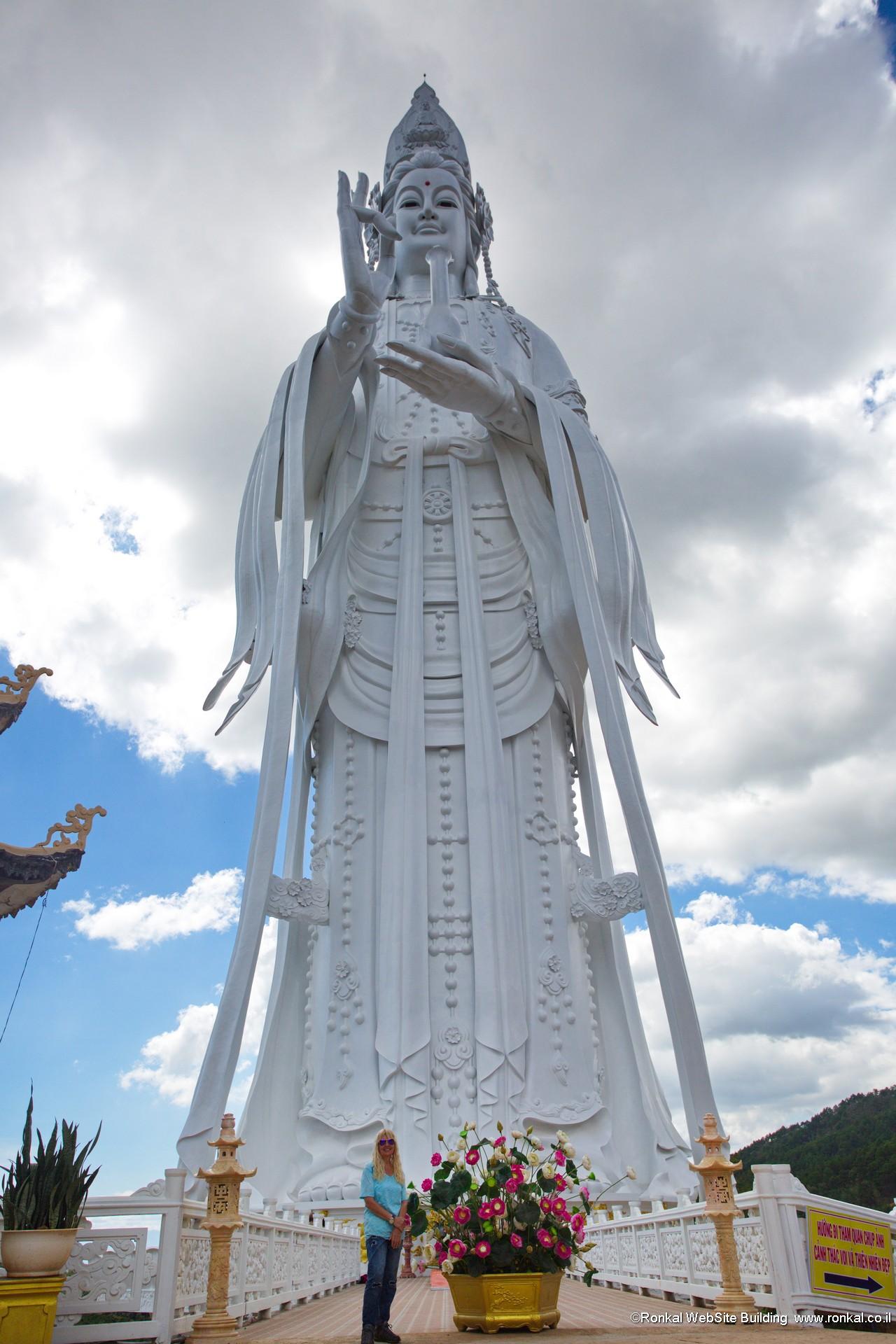 בודהה ענקית בדה לאט