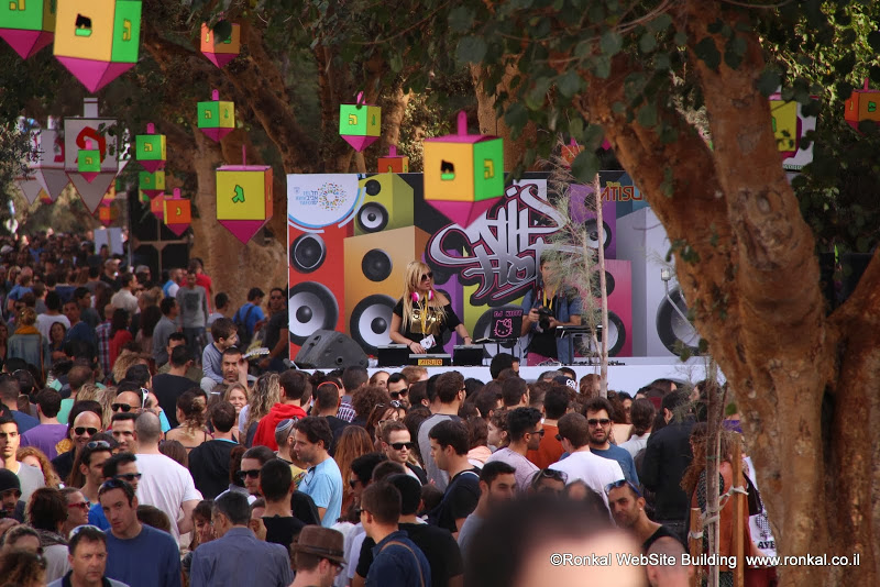 מסיבת חנוכה בככר אתרים בתל אביב