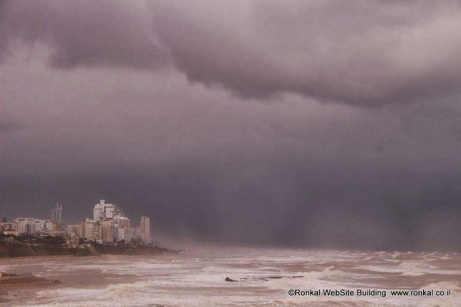 מבט לבת ים מיפו בסערה